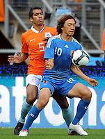 Fotball<br /> Nederland v Japan<br /> Foto: Witters/Digitalsport<br /> NORWAY ONLY<br /> <br /> 05.09.2009<br /> <br /> v.l. Giovanni van Bronckhorst, Shunsuke Nakamura Japan<br /> Fussball Testspiel Niederlande - Japan 3:0