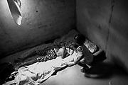 Festa de Reis &Eacute; muito popular entre os veredeiros<br /> Come&ccedil;a dia 29 de dezembro quando sai a folia de Reis ,nos primeiros dias de janeiro tem visita e reza e cantorias nas casas da comunidade e dia 5 de Janeiro tem a festa na casa do imperador que &eacute; quem patrocina a festa que vai at&eacute; o dia 6 de Janeiro. Oferendas s&atilde;o feitas e quem as recebe &eacute; o Alferes.<br /> <br /> Comunidade Prata no distrito de Serra dos Araras no munic&iacute;pio Chapada Ga&uacute;cha em Minas Gerais<br /> <br /> .Os Veredeiros habitam os territ&oacute;rios ao longo dos cursos d&rsquo;&aacute;gua de forma dispersa. Existe, por&eacute;m, uma certa organiza&ccedil;&atilde;o e um padr&atilde;o de ocupa&ccedil;&atilde;o espacial que se constitui por unidades de agrupamento ou grupos rurais de vizinhan&ccedil;a, ligados pelo sentimento de localidade, por la&ccedil;os de parentesco, pelo trabalho e manejo da terra, por trocas e rela&ccedil;&otilde;es rec&iacute;procas. Geralmente, os nomes das localidades veredeiras s&atilde;o os mesmos dos rios que passam pelas comunidades. Nem sempre det&ecirc;m a posse da terra, sendo camponeses muitas vezes arrendat&aacute;rios. Os veredeiros entendem o trabalho como o legitimador da posse da terra, mas n&atilde;o de uma posse privada (j&aacute; que boa parte dessas terras &eacute; de uso comum). <br />  A categoria &ldquo;veredas&rdquo; frequentemente &eacute; referida a &aacute;reas &uacute;midas, de terreno argiloso e sob dom&iacute;nio de palmeiras como o buriti. Se comparada a outros A identidade veredeira est&aacute; ligada ao territ&oacute;rio, na forma de cria&ccedil;&atilde;o, plantio e extra&ccedil;&atilde;o de itens diversos e na rela&ccedil;&atilde;o equilibrada estabelecida com o ecossistema das Veredas, Cerrado e Caatinga. Os veredeiros vivem pr&oacute;ximos dos cursos d&rsquo;&aacute;gua, &aacute;reas inund&aacute;veis e das chapadas, de onde extraem, principalmente do buriti, subs&iacute;dios imprescind&i