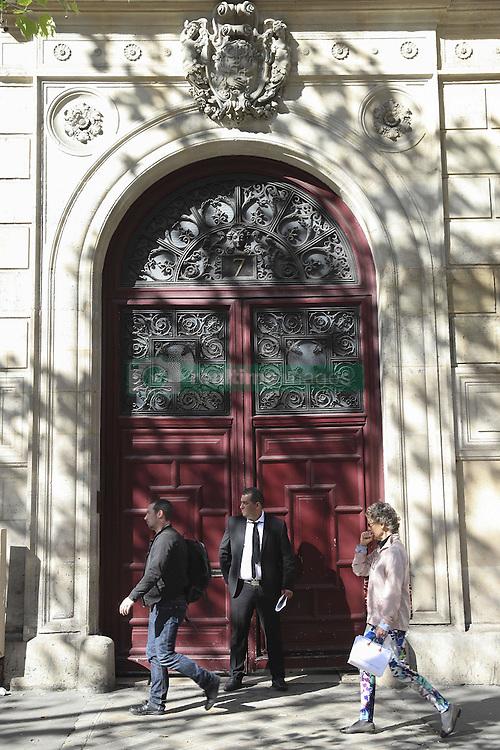 October 3, 2016 - Paris, France - medias devant l Hotel Pourtales (Credit Image: © Panoramic via ZUMA Press)