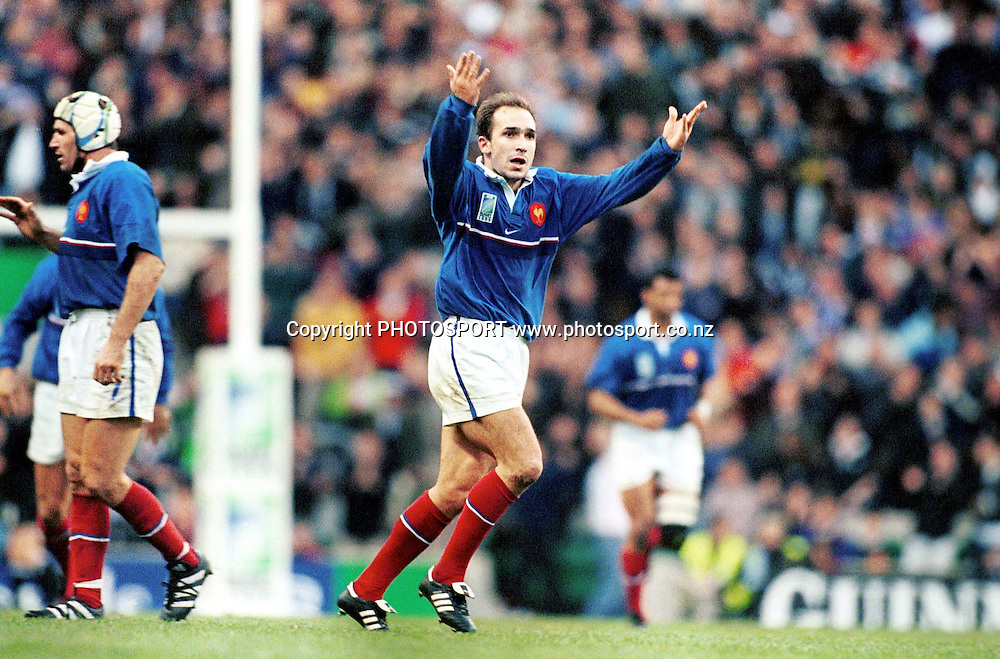 Richard Dourthe celebrates. All Blacks v France, Semifinal, Rugby World Cup, Twickenham, London, 31 October 1999. Photo: PHOTOSPORT