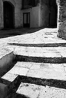 """""""Salento on Street"""".e? un lavoro fotografico che ha come oggetto scene quotidiane, che avvengono in strada o in luoghi pubblici salentini...centro storico di Oria-scalinata"""