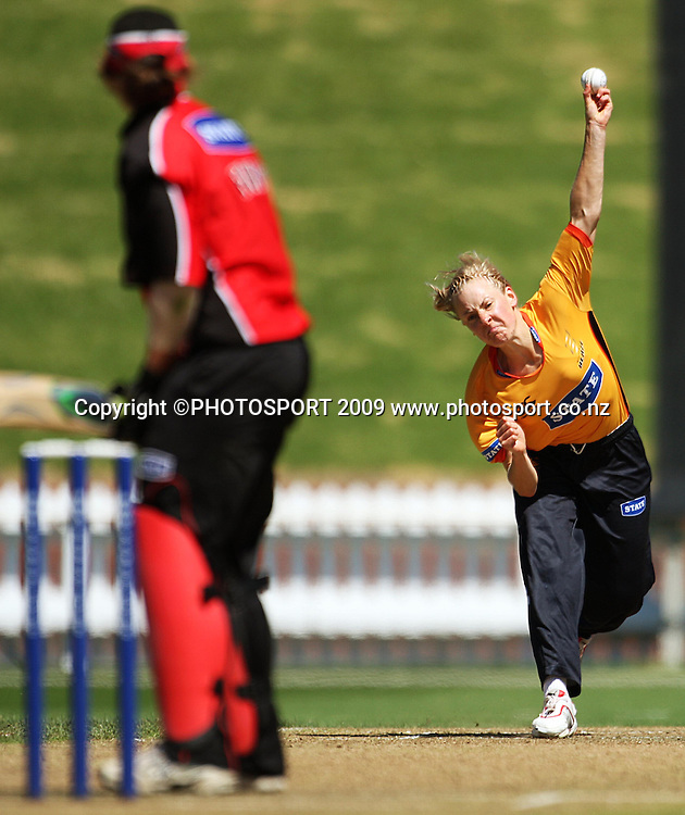 Sian Ruck bowls.<br /> State League final. Wellington Blaze v Canterbury Magicians at Allied Prime Basin Reserve, Wellington. Saturday, 24 January 2009. Photo: Dave Lintott/PHOTOSPORT