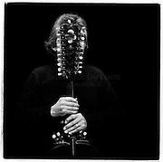 Angel Parra, cantautor chileno, hijo de Violeta Parra, ha grabado cerca de 50 discos y colaborado con infinidad de musicos. es autor ademas de varios libros. En la foto con el guitarron de Violeta