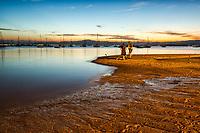 Pescadores à beira da água na Praia de Santo Antonio de Lisboa. Florianópolis, Santa Catarina, Brasil. / Fishermen by the sea at Santo Antonio de Lisboa Beach. Florianopolis, Santa Catarina, Brazil.