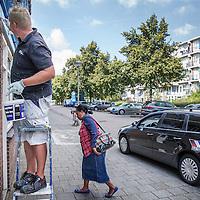 Nederland, Amsterdam, 30 augustus 2016.<br /> Dak en gevelwerkzaamheden bij panden in de straten Warnsborn en Spelderholt in Amsterdam Noord.<br /> <br /> <br /> Foto: Jean-Pierre Jans
