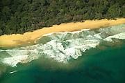 Bocas del Toro es una provincia de Panamá y su capital es la ciudad homónima de Bocas del Toro. Tiene una extensión de 4 643,9 km², una población de 125,461 habitantes (2010)1 y sus límites: al norte con el mar Caribe, al sur con la provincia de Chiriquí, al este y sureste con la comarca Ngäbe-Buglé, al oeste y noroeste con la provincia de Limón de Costa Rica; y al suroeste con la provincia de Puntarenas de Costa Rica. La provincia incluye la isla Escudo de Veraguas que se encuentra en el golfo de los Mosquitos y separada del resto por la península Valiente.<br /> <br /> En la provincia de Bocas del Toro, la geografía y la cultura han influido las relaciones de producción: agrícolas en tierra firme (Changuinola, Almirante, Guabito y Chiriquí Grande) con población mayoritariamente indígena y cuyo principal cultivo es el banano que registra un gran aporte al país en cuanto a exportación, principalmente a los Estados Unidos y Europa; y turística - de servicios en el archipiélago (Bastimentos y Bocas Isla también llamada Isla Colón) con población latina -afroantillana, cuya economía se basa en el turismo, los servicios y la pesca.<br /> <br /> Los parques nacionales en la provincia son Isla Bastimentos Parque Marino Nacional (Parque Nacional Marino Isla Bastimentos), que contiene la mayor parte de la Isla Bastimentos y algunas islas cercanas más pequeñas, y el Parque Internacional La Amistad (Parque Internacional La Amistad), que se extiende por el Costa Rica-. frontera Panamá  Bocas del Toro contiene la mayor parte de la sección panameña del parque, que cubre 400.000 hectáreas (4.000 km2, 1544 millas cuadradas). La sección costarricense del parque abarca 584.592 hectáreas (5.846 km2, 2257 millas cuadradas). Parque Internacional La Amistad, declarado Patrimonio de Humanidad por la UNESCO.<br /> ©Alejandro Balaguer/Fundación Albatros Media.