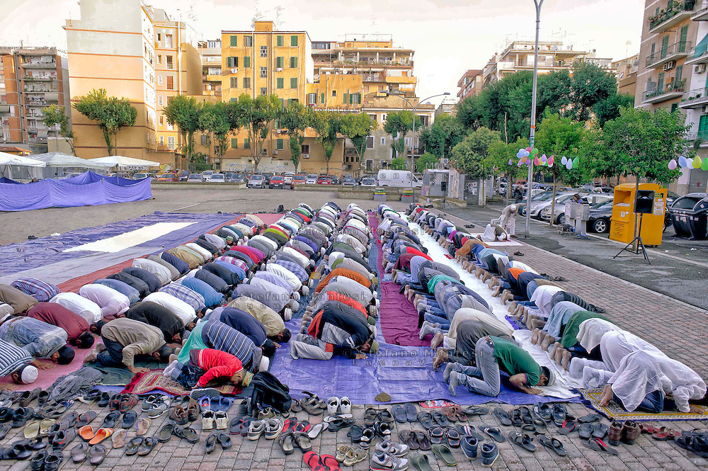Roma 4 Ottobre 2014<br /> La comunit&agrave; islamica prega il primo giorno di Eid al-Adha, o Festa del Sacrificio, che segna la fine del pellegrinaggio Hajj alla Mecca, che ricorda la disponibilita del  Profeta Abramo di sacrificare suo figlio a Dio, al quartiere multietnico di Torpignattara.<br /> Rome 4 October 2014 .<br /> Muslims praying on the first day of Eid al-Adha, or the Festival of Sacrifice, which marks the end of the Hajj pilgrimage to Mecca and commemorates Prophet Abraham's readiness to sacrifice his son to show obedience to God, to the multi-ethnic neighborhood Torpignattara.