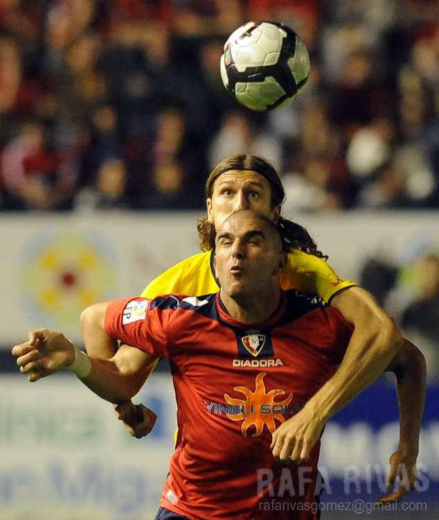 Osasuna's Carlos Aranda (bottom) vies with Barcelona's Ucranian Dmytro Chygrynskiy (top) during a Spanish league football match, on October 31, 2009, at Reyno de Navarra stadium in Pamplona. PHOTO/Rafa Rivas