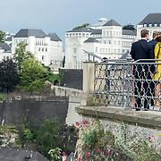 LUX/Luxemburg/20180523 - Staatsbezoek Luxemburg dag 1, Groothertogin Maria Teresa, Koning Willem Alexander, Koningin Maxima en Groothertog Henri kijken over de vallei
