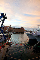Imbarcazioni da pesca ormeggiate nel porto di Gallipoli, sullo sfondo il castello Angioino