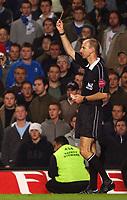 Fotball<br /> Premier League 2004/2005<br /> 06.11.2004<br /> Foto: SBI/Digitalsport<br /> NORWAY ONLY<br /> <br /> Chelsea v Everton<br /> <br /> Referee Mike Riley books Chelsea's Arjen Robben