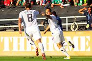 Landon Donovan (R), celebra el segundo gol de Estados Unidos en el partido frente a Estados Unidos, en la final de la Copa Oro 2011, en el estadio Rose Bowl, Pasadena, California, hoy sabado 25 de junio de 2011. Fotos IL: WIlton CASTILLO