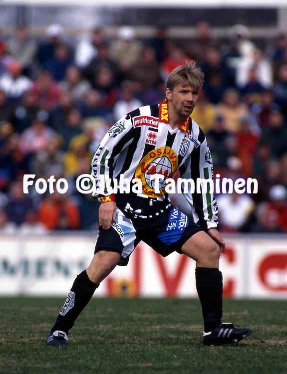 8.5.1997, Hietalahti, Vaasa.<br /> Veikkausliiga 1997.<br /> Vaasan Palloseura - FF Jaro.<br /> Timo Kivilompolo - VPS