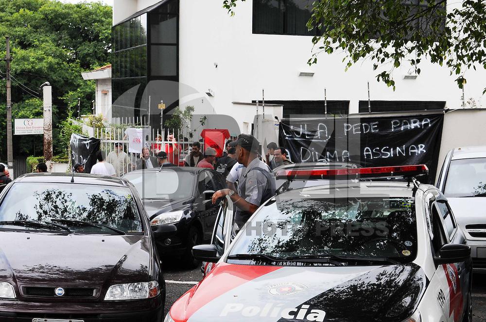SAO PAULO, SP, 23 DE JANEIRO 2013 - OCUPACAO INSTITUTO LULA - Militantes sem terra do assentamento Milton Santos, de Americana(SP), ocupam o Instituto Lula, na Rua Pouso Alegre, no bairro do Ipiranga, na zona sul de São Paulo, na manhã desta quarta-feira (23). Uma decisão judicial obriga os assentados a deixarem uma propriedade ocupada no interior paulista até o dia 30 de janeiro.ADRIANO LIMA / BRAZIL PHOTO PRESS).