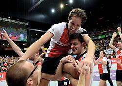 05-04-2014 NED: Korfbal League Finale PKC/Hagero - TOP/Justlease.nl, Rotterdam<br /> In de Rotterdamse Ahoy wint TOP met 22-21 van PKC / Daniel Harmzen op de schouders bij Frisco Boode