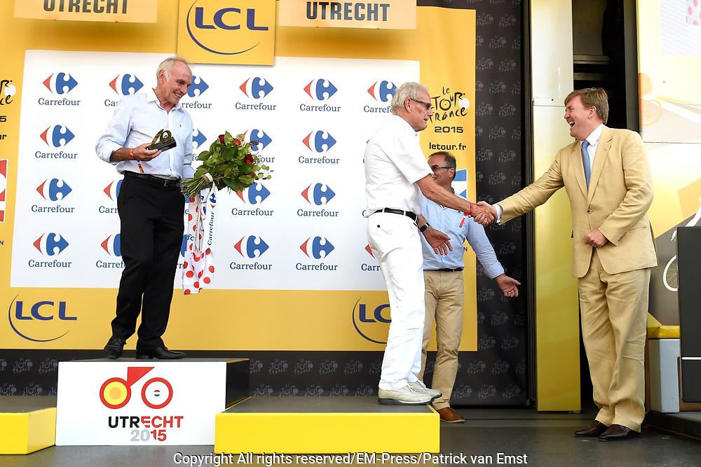 Uitreiking Gele trui na eerste etappe in Utrecht na de individuele tijdrit van 13,8 km.<br /> <br /> Presentation Yellow jersey after the first stage in Utrecht after the individual time trial of 13.8 km.<br /> <br /> Op de foto / On the photo:  Joop Zoetemelk en Jan Janssen met Koning Willem Alexander