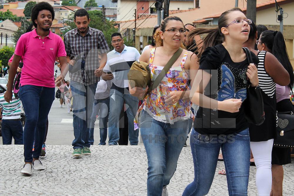 SÃO PAULO-SP - 08.11..2014 - ENEM MOVIMENTAÇÃO - Alunos chegam atrasados para a prova do Exame nacional do ensino médio (ENEM) na Unip Anchieta. Na tarde deste sábado, 08. (Foto: Renato Mendes / Brazil Photo Press)