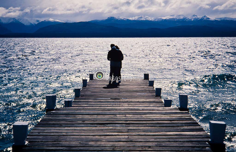Namorados no pier /Lovers looking the lake
