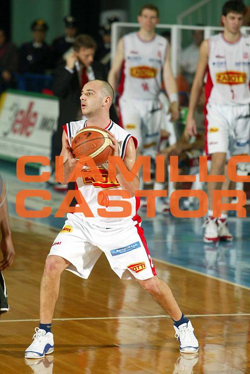 DESCRIZIONE : Faenza Lega A2 2005-06 Zarotti Imola Pepsi Caserta <br /> GIOCATORE : Caroldi <br /> SQUADRA : Zarotti Imola <br /> EVENTO : Campionato Lega A2 2005-2006 <br /> GARA : Zarotti Imola Pepsi Caserta <br /> DATA : 29/01/2006 <br /> CATEGORIA : Passaggio <br /> SPORT : Pallacanestro <br /> AUTORE : Agenzia Ciamillo-Castoria/M.Marchi