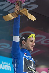 May 23, 2018 - Iseo, Italy - YATES Simon Philip.MITCHELTON - SCOTT blu jersey celebrates on the podium during the 101st Tour of Italy 2018, Stage 17 RIVA DEL GARDA-ISEO (FRANCIACORTA STAGE),  155 km  on May 23, 2018 in Iseo, Italy  (Credit Image: © Fabio Averna/NurPhoto via ZUMA Press)