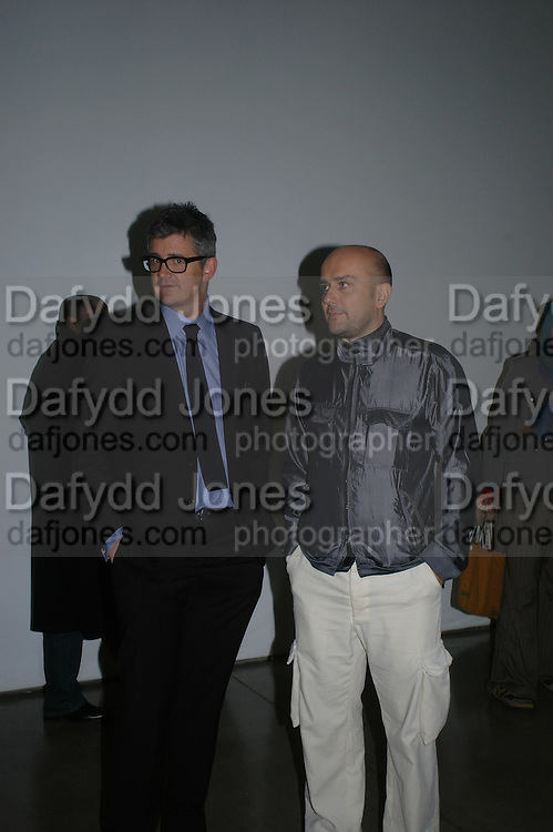Jay Jopling and Mark Quinn. Chemical Life Support opening, White Cube. 3 March 2005. ONE TIME USE ONLY - DO NOT ARCHIVE  © Copyright Photograph by Dafydd Jones 66 Stockwell Park Rd. London SW9 0DA Tel 020 7733 0108 www.dafjones.com