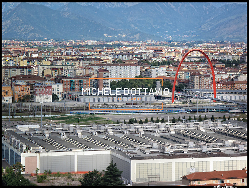 L'arco olimpico di Torino è il simbolo dei XX Giochi olimpici invernali. Il complesso architettonico è formato da una passerella pedonale lunga 400 metri che unisce il villaggio olimpico e il centro direzionale del Lingotto, sorretta da un arco rosso alto 69 metri e lungo 55