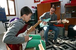 ENRICO BELLONZI A LEZIONE CON UNO STUDENTE<br /> SCUOLA DI MUSICA PORTOMAGGIORE