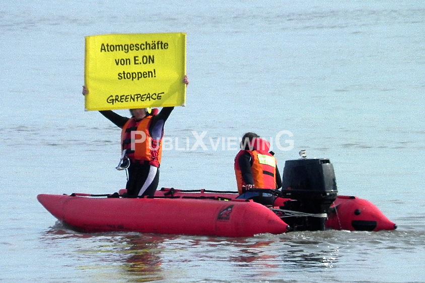 """Der geheime Plutonium-Frachter """"Atlantic Osprey"""" hat unter dem Schutz einer ganzen Armada von Polizeibooten sein erstes Etappenziel, den Hafen Nordenham, erreicht. Etwa 200 Atomkraftgegner waren auf der Weser """"protestpaddeln"""", am Ufer demonstrierten und versperrten andere die Ausfahrt der LKW mit einer Sitzblockade."""