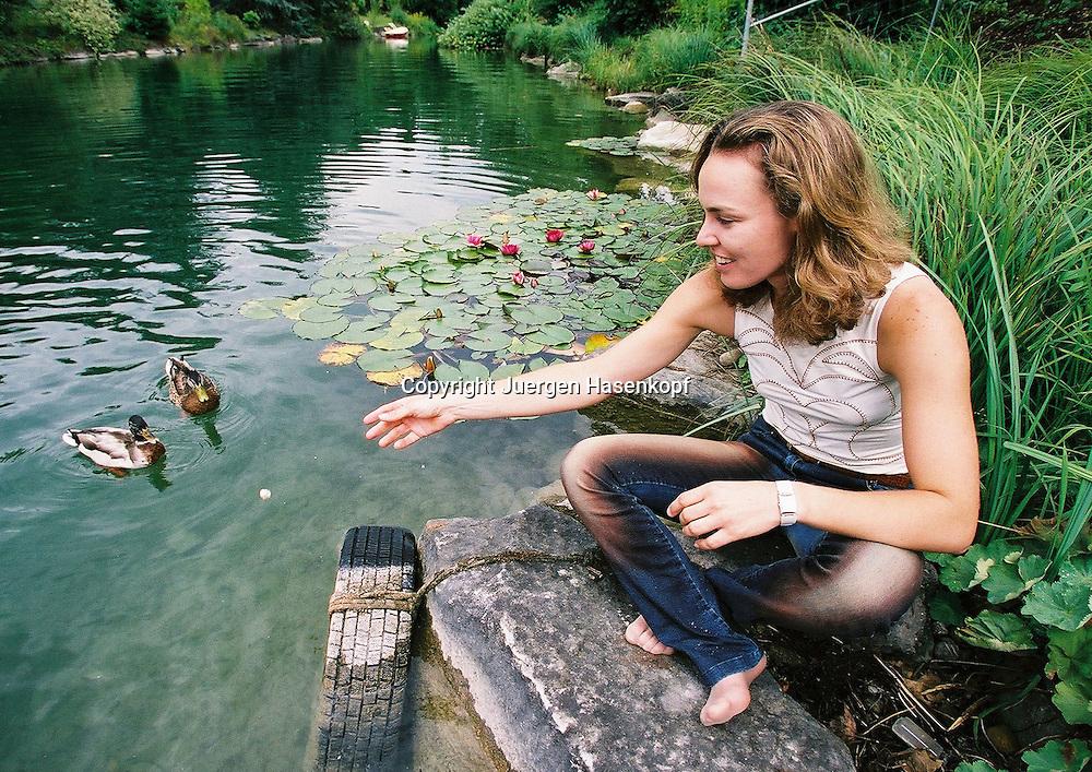 Martina Hingis (SUI) sitzt am Wasser und fuettert die Enten,  Hurden/ Zuerich , 17.08.2004,..Foto: Juergen Hasenkopf