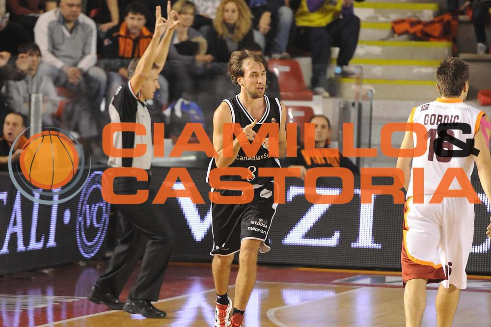 DESCRIZIONE : Roma Lega A2011-12  Acea Roma Canadian Solar Bologna<br /> GIOCATORE : Giuseppe Poeta<br /> CATEGORIA : esultanza<br /> SQUADRA : Canadian Solar Bologna<br /> EVENTO : Lega a  2011-2012<br /> GARA : Acea Roma Canadian Solar Bologna<br /> DATA : 21/01/2012<br /> SPORT : Pallacanestro <br /> AUTORE : Agenzia Ciamillo-Castoria<br /> Galleria : Lega A 2011-2012<br /> Fotonotizia : Roma Lega A2011-12 Acea Roma Canadian Solar Bologna<br /> Predefinita :
