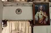 Las Martinas, 30 de Maio de 2011..Esse estranho olho ao lado de Jesus Cristo em uma típica casa cubana..Este raro ojo al lado de Jesucristo en una casa típica cubana...Foto: LEO DRUMOND / NITRO