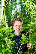 Henrik Kofoed Nielsen<br /> Professor, PhD, Fakultet for teknologi og realfag, avdeling Institutt for ingeni&oslash;rvitenskap. Institutt for Ingeni&oslash;rvitenskap ved Fakultet for teknologi og realfag p&aring; Universitetet i Agder (UiA), avdeling Grimstad. Campus Grimstad.<br /> <br /> Foto: Kjell Inge S&oslash;reide<br /> <br /> Prosjekter<br /> Forskningsgruppeleder Bioenergi og termisk energi og faggruppeleder Fornybar energi<br /> Laboratorium: Br&aelig;nderiet<br /> Bakgrunn<br /> 2013- Professor, Universitetet i Agder<br /> 1992-2013: F&oslash;rsteamanuensis, Universitetet i Agder<br /> 1986-1992: Maskinkonsulent, Dansk erhvervsgartnerforening, Odense, Danmark www.gartneriraadgivningen.dk <br /> 1984-1986: Kandidatstipendiat, Den kgl. Veterin&aelig;r- og Landboh&oslash;jskole, KVL, Danmark.<br /> www.life.ku.dk <br /> 1984: Produktdvikler, Maskinfabrikken Faust, Danmark<br /> www.faust.dk <br /> 1983: Videnskabelig assistent, Jordbrugsteknisk Institut, KVL, Danmark<br /> www.life.ku.dk <br />  <br /> Uddannelse:<br /> 1986: PhD, Den kgl. Veterin&aelig;r- og Landboh&oslash;jskole, Jordbrugsteknisk institut, K&oslash;benhavn, Danmark.<br /> Afhandling: Halmfyr til r&oslash;gvasker <br /> 1983: Cand.agro., Den kgl. Veterin&aelig;r- og Landboh&oslash;jskole, Jordbrugsteknisk institut, K&oslash;benhavn, Danmark<br /> Hovedopgave: K&oslash;let&aring;rn som r&oslash;gvasker p&aring; halmfyr<br />  <br /> Faglige interesser<br /> Underviser i:<br /> Anvendt bygningsfysik<br /> Bioenergi - bachelor, master og PhD<br /> Forskningsomr&aring;de:<br /> Biomasse og bioenergi<br /> Energiafgr&oslash;der<br /> Forbr&aelig;nding og forgasning<br /> Bioolie<br /> Termoelektriske generatorer