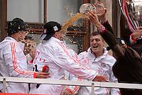 FUSSBALL TRIPELPARTY  SAISON  2012/2013  02.06.2013 Champions Party des FC Bayern Muenchen nach dem Gewinn des DFB Pokal und Triple.  Das Team feiert auf dem Muenchner Marienplatz den historischen Gewinn des CHL Pokal, der Meisterschaft und DFB Pokal.  Franck Ribery (Mitte) und Bastian Schweinsteiger (li) bekommen eine Weissbierdusche von  Anatoliy Tymoshchuk (re)