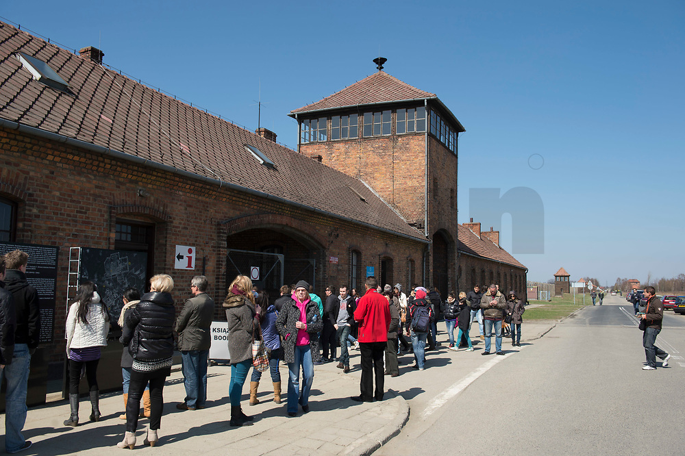09 APR 2012, KRAKOW/POLAND:<br /> Torhaus mit Besuchern von aussen gesehen, Staatliches polnisches Museum / Gedenkstaette des ehem. Konzentrationslager Ausschitz-Birkenau<br /> IMAGE: 20120409-01-004<br /> KEYWORDS: Krakau, KZ, Vernichtungslager Auschwitz II–Birkenau, Polen