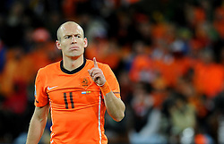 11.07.2010, Soccer-City-Stadion, Johannesburg, RSA, FIFA WM 2010, Finale, Niederlande (NED) vs Spanien (ESP) im Bild Arijen Robben mit erhobenen Finger und finsterer Mine, EXPA Pictures © 2010, PhotoCredit: EXPA/ InsideFoto/ Perottino *** ATTENTION *** FOR AUSTRIA AND SLOVENIA USE ONLY! / SPORTIDA PHOTO AGENCY