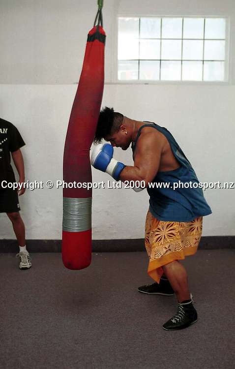 New Zealand boxer David Tua during a training session leading up to his fight against Lennox Lewis 2000. Photo: Andrew Cornaga/PHOTOSPORT<br /><br /><br />boxing fighting bag
