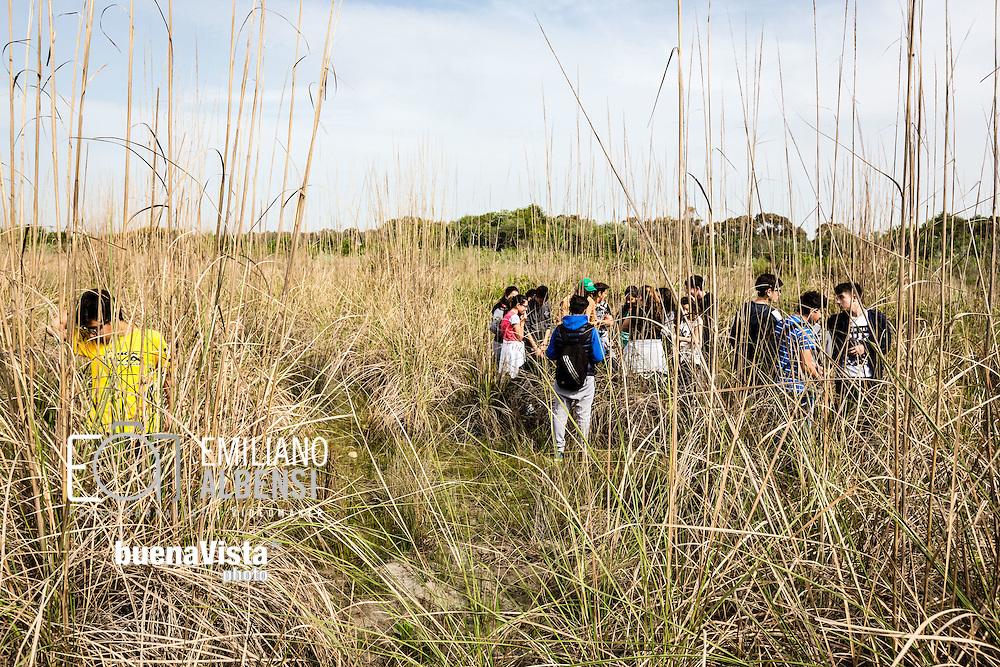 Oasi Bosco di Policoro, Basilicata, Italia, 19/04/2016<br /> Una delle guide dell'Oasi WWF Bosco di Policoro accompagna una scolaresca durante una visita dell'oasi.<br /> <br /> Policoro Forest Oasis, Basilicata, Italia, 19/04/2016<br /> One of the Policoro Forest WWF Oasis guides leading a group of students for a visit of the Oasis.