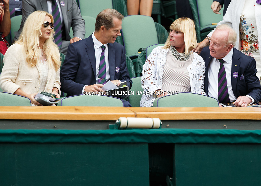 Wimbledon Feature, Herren Endspiel, Finale, L-R. Stefan Edberg und Ehefrau Anette sprechen mit Rod Laver und Andrea Eliscu in der Ehrenloge,Royal Box,<br />