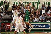 DESCRIZIONE : Treviso Lega A1 2006-07 Benetton Treviso Armani Jeans Milano<br /> GIOCATORE : Mordente Passaggio Scarico <br /> SQUADRA : Benetton Treviso<br /> EVENTO : Campionato Lega A1 2006-2007 <br /> GARA : Benetton Treviso Armani Jeans Milano<br /> DATA : 15/04/2007 <br /> CATEGORIA : Passaggio Tecnica<br /> SPORT : Pallacanestro <br /> AUTORE : Agenzia Ciamillo-Castoria/M.Marchi