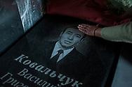 """Lápida de un liquidador de Chernóbil, Vasile Kovalchuk trabajó en tareas de descontaminación después del accidente nuclear.  """"Chernóbil lo ha matado"""", dice su esposa."""