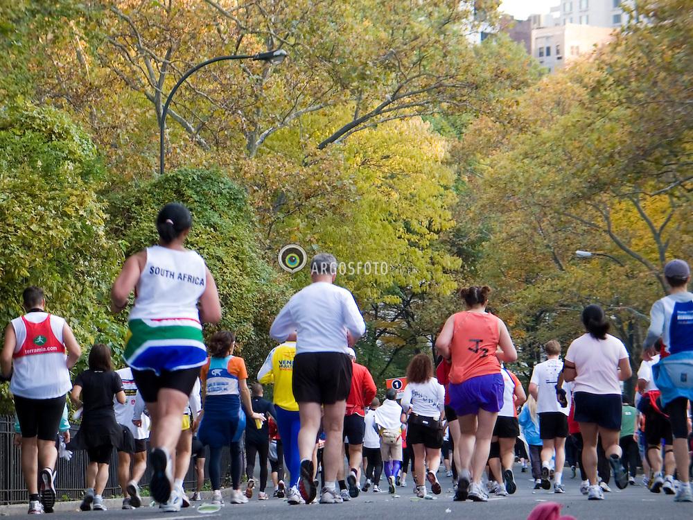 O Central Park eh um grande parque dentro da cidade americana de Nova Iorque, Estado de Nova Iorque, United States/  NYC Marathon runners approaching the finish line in Central Park. Central Park is a large public, urban park  in the borough of Manhattan in New York City.
