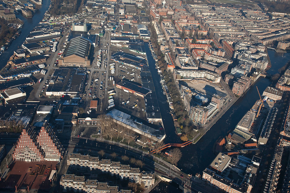 Nederland, Amsterdam, Amsterdam-West, 10-01-2009; onder in beeld Jan van Galenstraat / Marcantilaan met Pyramides (van architect Sjoerd Soeters), daar boven de Groothandelsmarkt (Centrale Markthallen, Food Plaza); Oud-West, rechts de Frederik Hendrikbuurt;.bottom part:  Jan van Galenstraat with Pyramides (architect Sjoerd Soeters), and the Wholesale Market (Central Markthallen, Food Plaza),  to right Oud-West (Old West), Frederik Hendrik area,. .luchtfoto (toeslag); aerial photo (additional fee required); .foto Siebe Swart / photo Siebe Swart