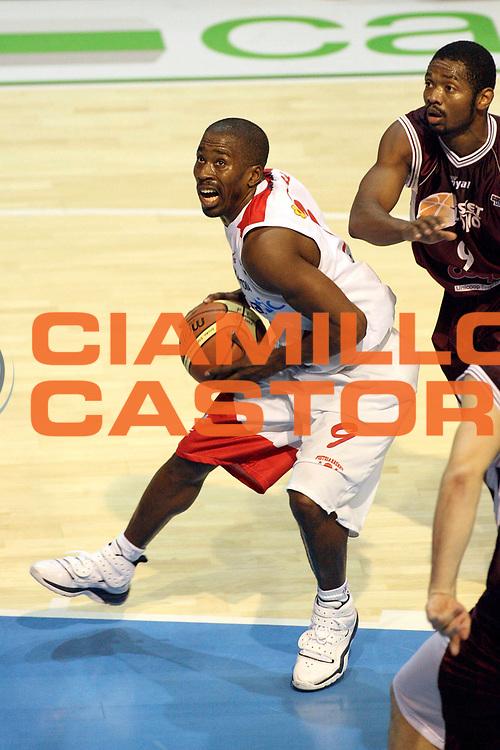 DESCRIZIONE : Pistoia Lega A2 2008-09 Carmatic Pistoia Livorno Basket<br /> GIOCATORE : McCullough Jerry<br /> SQUADRA : Carmatic Pistoia<br /> EVENTO : Campionato Lega A2 2008-2009<br /> GARA : Carmatic Pistoia Livorno Basket<br /> DATA : 06/12/2008<br /> CATEGORIA : Penetrazione<br /> SPORT : Pallacanestro<br /> AUTORE : Agenzia Ciamillo-Castoria/Stefano D'Errico