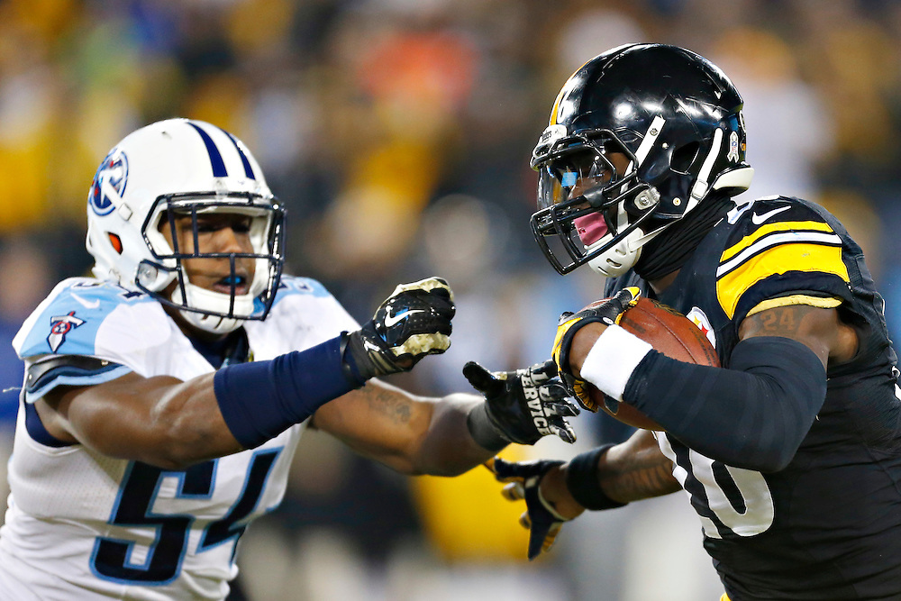 NASHVILLE, TN - NOVEMBER 17:  Le'Veon Bell #26 of the Pittsburgh Steelers runs the ball in the first quarter and is tackled by Avery Williamson #54 of the Tennessee Titans at LP Field on November 17, 2014 in Nashville, Tennessee.  The Steelers defeated the Titans 27-24.  (Photo by Wesley Hitt/Getty Images) *** Local Caption *** Le'Veon Bell; Avery Williamson