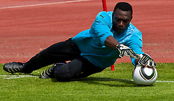 21.05.2010, Dolomitenstadion, Lienz, AUT, WM Vorbereitung, Kamerun Training im Bild Idris Carlos Kameni, Torhüter, Nationalteam Kamerun (Espanyol Barcelona), EXPA Pictures © 2010, PhotoCredit: EXPA/ J. Feichter / SPORTIDA PHOTO AGENCY