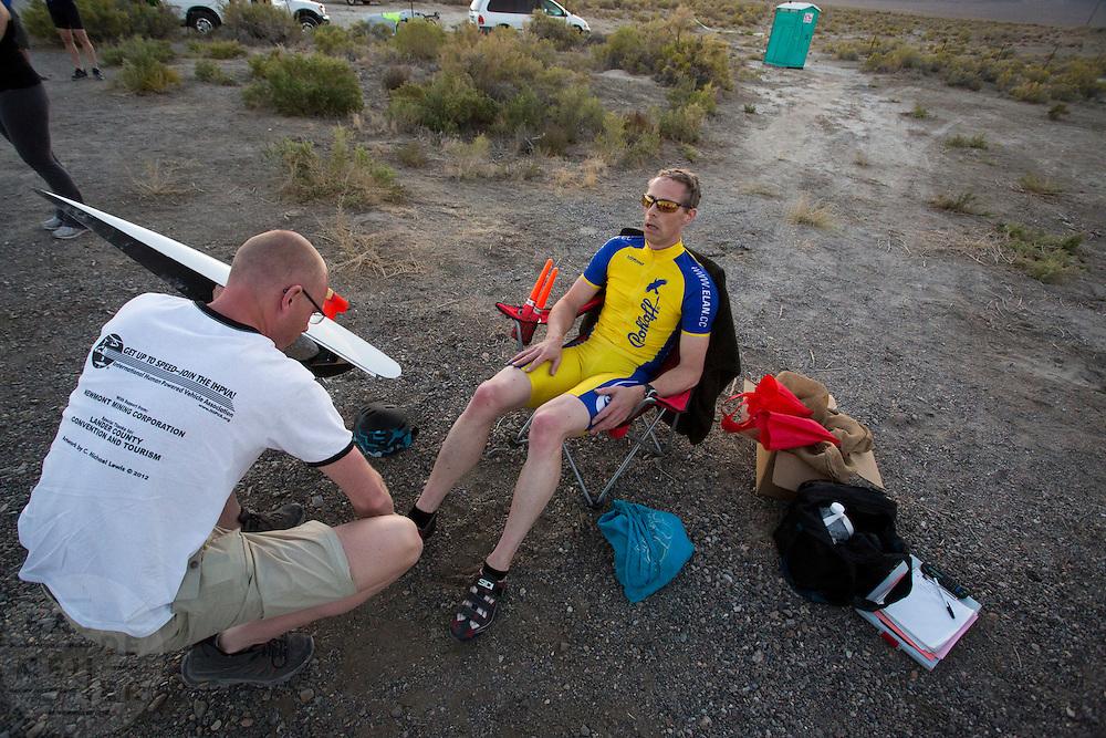 Jan-Marcel van Dijken wordt na zijn race geholpen door teamgenoot Thomas van Schaik op de derde racedag van het WHPSC. In de buurt van Battle Mountain, Nevada, strijden van 10 tot en met 15 september 2012 verschillende teams om het wereldrecord fietsen tijdens de World Human Powered Speed Challenge. Het huidige record is 133 km/h.<br /> <br /> Jan-Marcel van Dijken is aided by his team member Thomas van Schaik after his race at the third day of the WHPSC. Near Battle Mountain, Nevada, several teams are trying to set a new world record cycling at the World Human Powered Speed Challenge from Sept. 10th till Sept. 15th. The current record is 133 km/h.