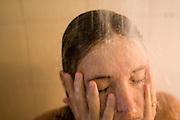 Sao Paulo_SP, Brasil...Mulher tomando banho em Sao Paulo...A woman having a shower in Sao Paulo...Foto: MARCUS DESIMONI / NITRO