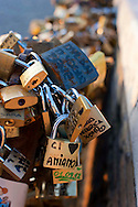 """Roma  7 Settembre 2012.Ponte Milvio. Lucchetti d'amore.Uno dei più antichi ponti della Città Eterna, è diventato un simbolo importante per i moderni Romeo e Giulietta.Fanno il loro pellegrinaggio sull'antico ponte romano e sigillano il loro amore mettendo un lucchetto e gettano la chiave nel Tevere. La tradizione dei Lucchetti d'amore ha iniziato con la pubblicazione di un libro """"Tre Metri Sopra Il Cielo"""" , scritto da  Federico Moccia."""