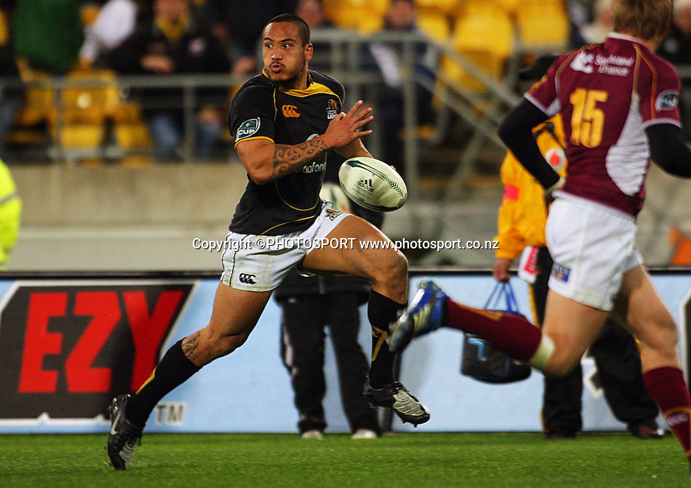 Hosea Gear sets off for the corner in the build-up to Conrad Smith's try.<br /> Air NZ Cup semi-final. Wellington Lions v Southland Stags at Westpac Stadium, Wellington, New Zealand, Friday, 17 October 2008. Photo: Dave Lintott/PHOTOSPORT