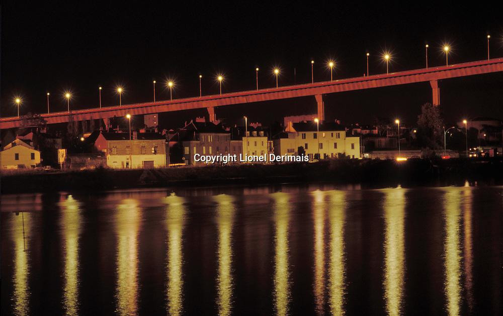 Night shot of the Chevir&eacute; bridge over the Loire in Nantes, France. 1992. Architecte: Philippe Fraleu<br /> Le pont de Chevir&eacute; qui enjambe la Loire, Nantes photographi&eacute; de nuit.